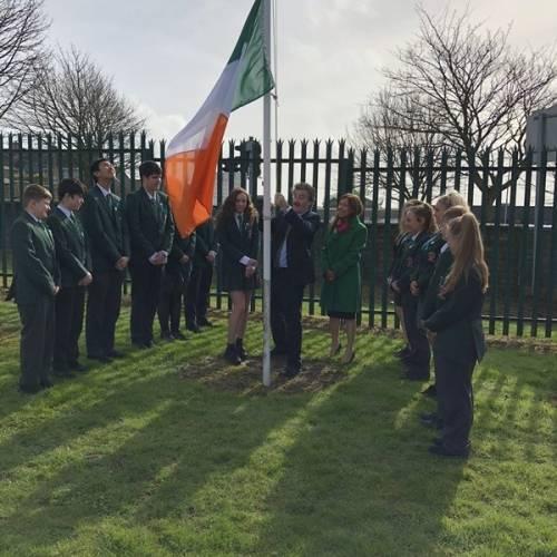 Ministro de educación de Irlanda con estudiantes GMR